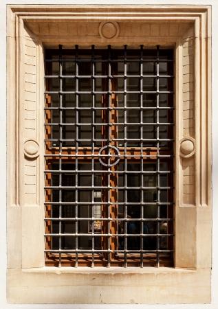 rejas de hierro: vieja ventana con barras