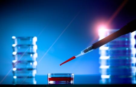 pipet en petrischaal op een glazen tafel in het lab Stockfoto