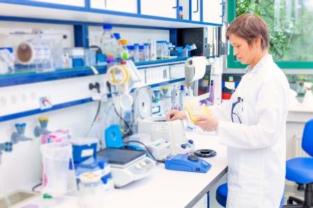 Technicien dans le laboratoire de microbiologie Banque d'images - 23811100