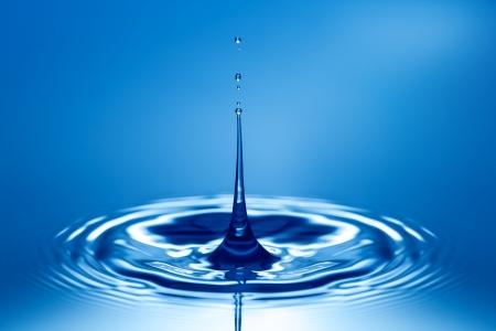 Splash et une vague d'eau pure