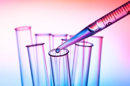 pipet en reageerbuis in een laboratorium Stockfoto
