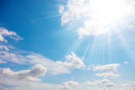 Blauwe zonnige hemel en zonlicht Stockfoto