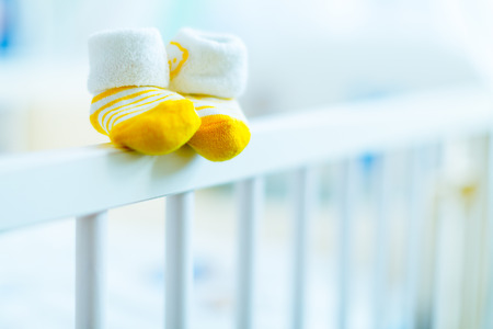 zapatitos de bebé en una cuna