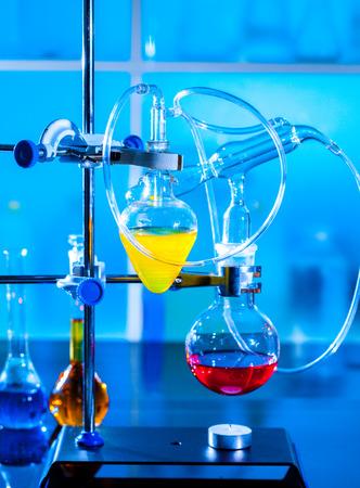 destilacion: Instalación para un experimento de química en un laboratorio de la universidad