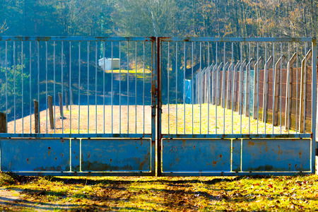 puertas de hierro: Puertas de hierro cerradas en la granja