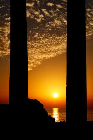 templo griego: Ruinas griegas antiguas en la ciudad turca de Side en la puesta del sol