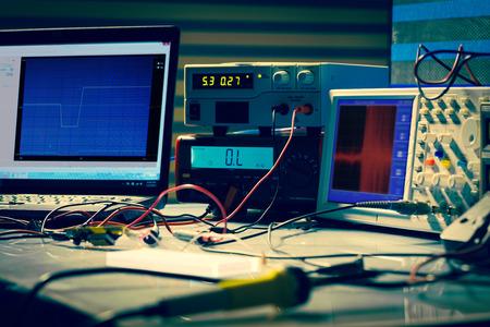 instrumentos electrónicos de medición en laboratorio de computación de alta tecnología