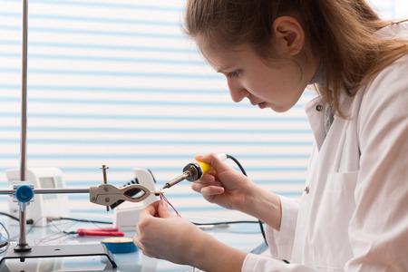 circuitos electronicos: Chica de soldadura y ajuste de dispositivos electrónicos