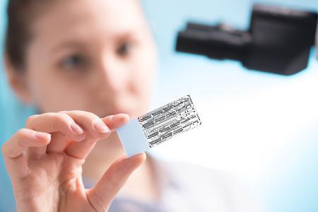ingeniero: En el laboratorio t�cnico de mira diapositivas a trav�s de un microchip