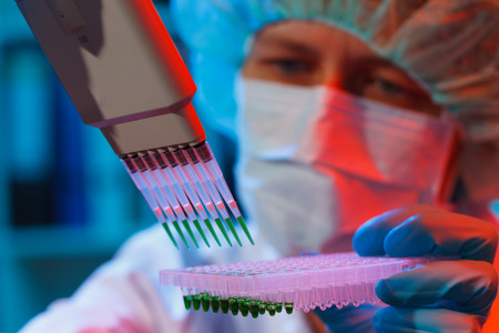 zellen: Frau Assistentin im Labor mit Multipipetten in der Klinik, die Erforschung von Krebsstammzellen