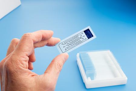 laboratorio: biochip para la identificaci�n de prote�nas, Lab on Chip - sistemas de todos los procesos para el an�lisis de una muestra se integra en una placa de vidrio Foto de archivo