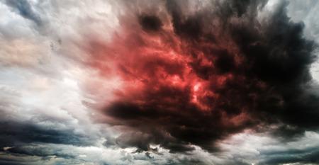 Fantastische Himmel kündigt Apokalypse Standard-Bild - 39248992