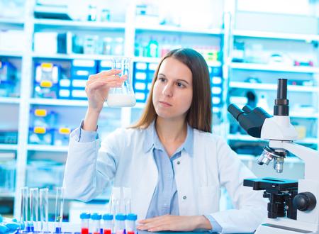 microbiologische en chemische kwaliteitscontrole van de melk Stockfoto