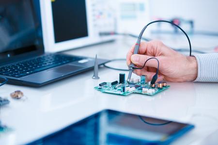 Utilisation du laboratoire d'électronique de microscope Banque d'images
