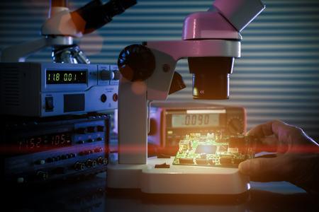 Controllare dispositivo microelettronico in un microscopio da laboratorio Archivio Fotografico - 41066560