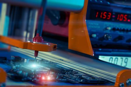 circuito electrico: sistema robótico para la comprobación automática de placas de circuito impreso Foto de archivo