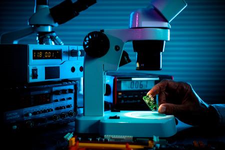 controle micro-elektronische inrichting in een laboratorium microscoop