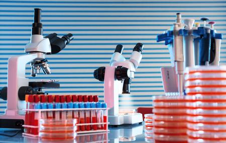microbiologia: mesa de trabajo en laboratorio microbiológico