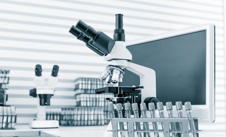 laboratorio: líquido en los tubos de ensayo en laboratorio con microscopio Foto de archivo