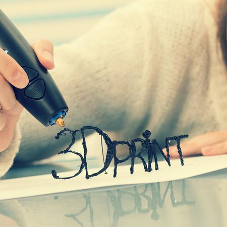 女の子は、アイテムをモデルに 3 D ペンを使用します。