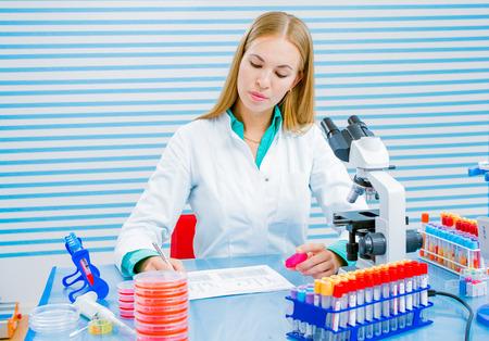 estudiantes medicina: Mujer en laboratorio de hacer an�lisis de sangre Foto de archivo