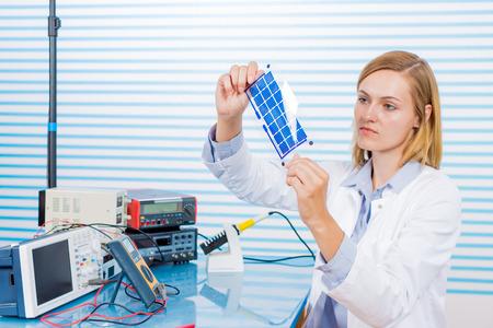 技術者は、太陽電池をテストは