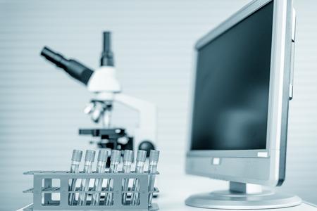 biopsia: Estación de microscopio moderno con la sección de tejido en la pantalla