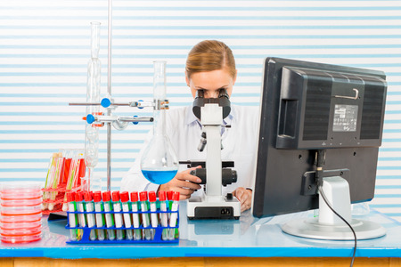 tallo: El cient�fico joven trabaja en el laboratorio biol�gico moderno