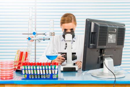 tige: Jeunes travaux scientifiques en laboratoire biologique moderne Banque d'images