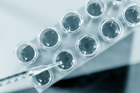química: Pipeta y tubo de ensayo en un laboratorio Foto de archivo