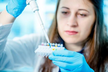 VACUNA: La mujer en laboratorio desarrolló de vacunas