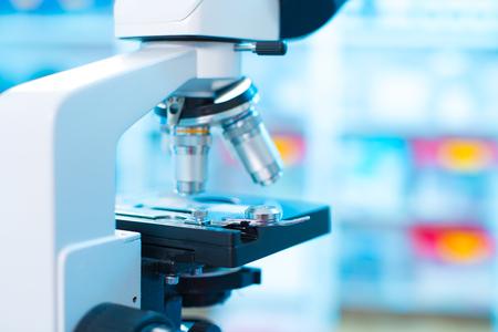 Microscopio de laboratorio. Antecedentes científicos y la asistencia sanitaria de la investigación. Foto de archivo - 46039956