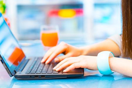 teclado de ordenador: Chica con un ordenador portátil sobre la mesa
