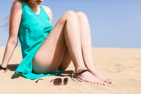 mujeres morenas: Mujer meditativa joven llevaba un vestido corto en arena del desierto
