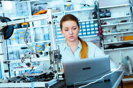 impresora: Arquitecto femenina que usa la impresora 3D Foto de archivo