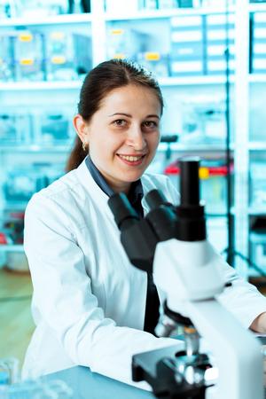 microbiologia: Retrato de estudiante sonriente en microbiolog�a Foto de archivo