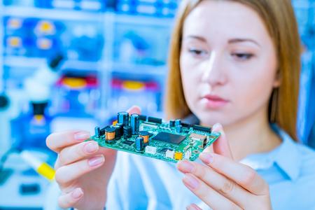 circuitos electronicos: técnico comprueba el dispositivo electrónico Foto de archivo
