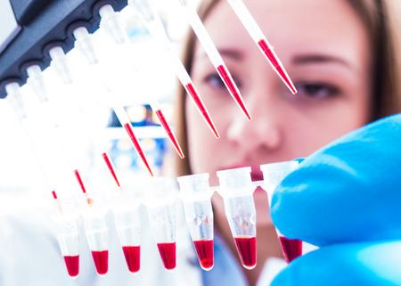 genetica: donna scienziato in laboratorio genetico Archivio Fotografico