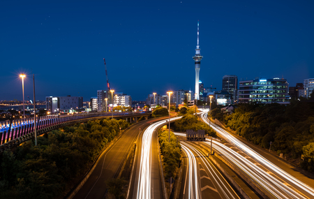 Auckland City Lights Auckland's Night Traffic na zonsondergang