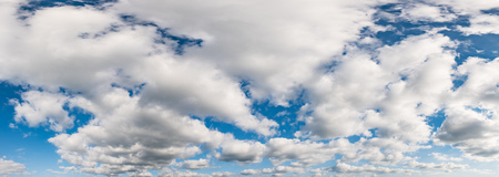 cielo con nubes: cielo azul con nubes blancas Panorama