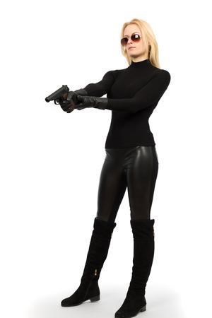 Vrouwelijke geheime dienst agent in zonnebril met pistool Stockfoto