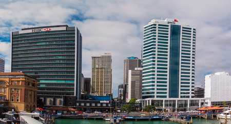 desarrollo económico: AUCKLAND, NZL-enero 13 de 2016: Auckland downtown.The CDB de Auckland ha sido el principal centro de negocios de Nueva Zelanda y el desarrollo económico durante casi dos siglos.