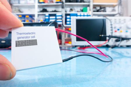 Un générateur thermoélectrique est un dispositif à l'état solide qui convertit la chaleur en énergie électrique Banque d'images