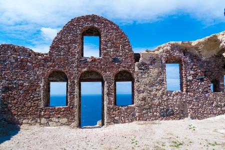puertas antiguas: pared de ladrillo vacía con el mar de fondo