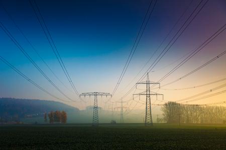 energia electrica: línea de energía eléctrica en la mañana de niebla