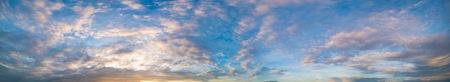 cielo de nubes: Panorama del cielo durante el atardecer o amanecer con nubes cúmulos de color naranja por el sol.