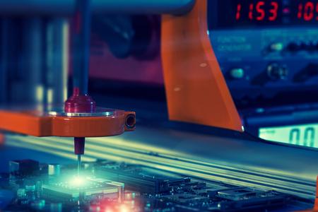 プリント基板の自動チェックのためのロボット システム 写真素材 - 59047565