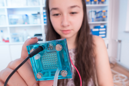 hidrógeno: Muchacha adolescente del estudiante con el experimento PEM membrana de intercambio de protones reversible de células de combustible Foto de archivo