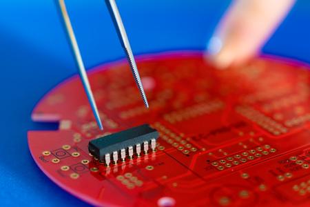 Instalar un circuito integrado en una placa de circuito
