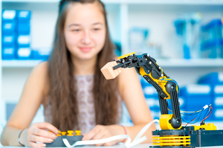 Teen girl in robotics laboratory Stockfoto